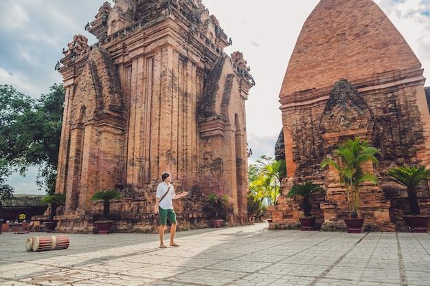 Мужчина-турист во вьетнаме путешествие по нагар чам товерс по вьетнаму