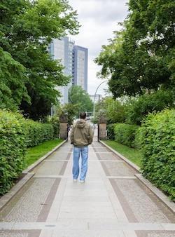 독일 베를린의 volkspark friedrichshain 공원을 떠나는 남성 관광객