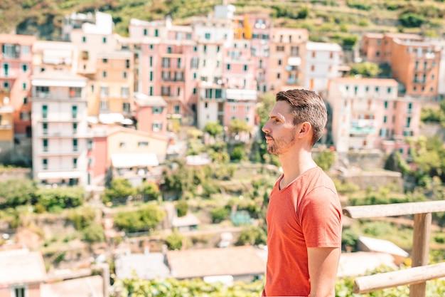 休暇にイタリアの村で屋外の男観光