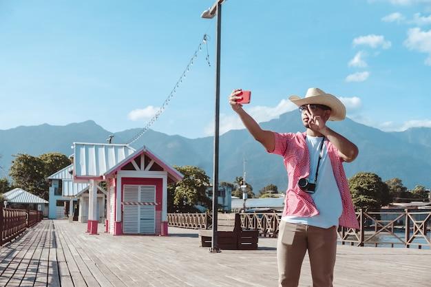 La ceiba atlantida honduras에서 셀카를 찍는 남자 관광 사진작가 모자
