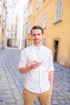 Туристический человек с рюкзаком на улице европы.