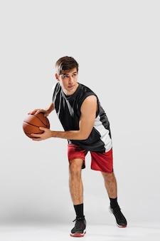 Человек тренируется для новой игры в баскетбол