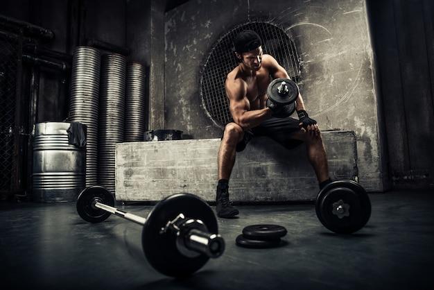 체육관에서 훈련하는 남자