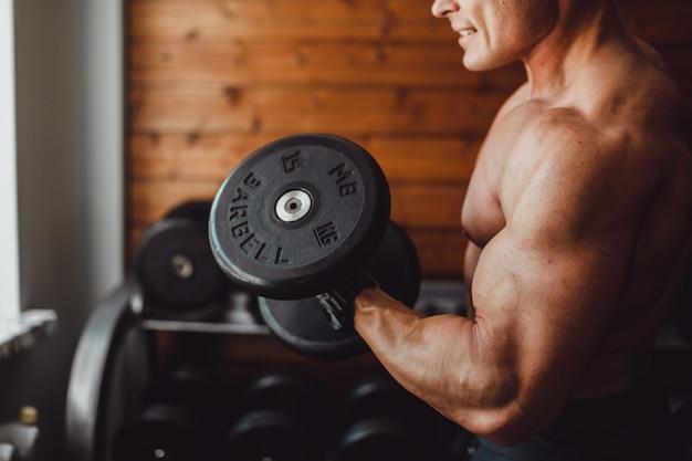 Мужчина тренируется в фитнес-студии
