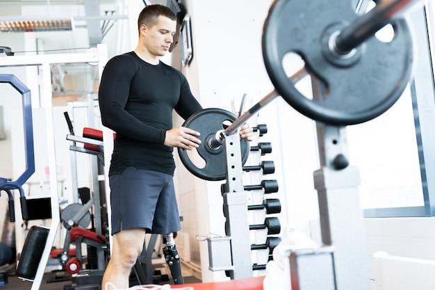Тренировка человека в спортзале