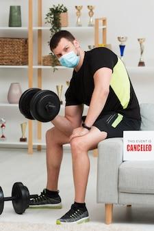 医療マスクを着用しながらトレーニングをする男性