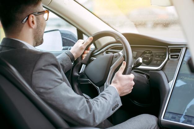 현대 에코 자동차 핸들로 남자 수송