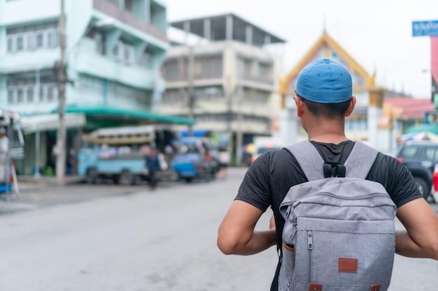 男はバックパックの自由で世界中を旅し、人生をリラックスさせます。