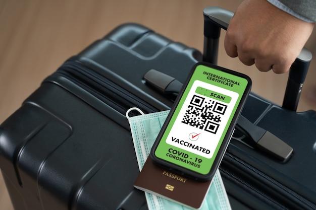 공항에서 covid19에 대한 예방 접종 증명서를 보여주는 남자 여행 출입국 여권지도