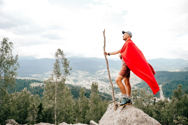 Человек путешественник, стоя на вершине горы с видом на природу пейзаж