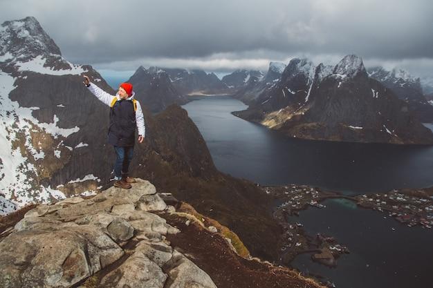 노르웨이 라이프 스타일 모험 여행에서 reinebringen 산 능선에서 스마트 폰 하이킹으로 자화상을 찍는 남자 여행자.