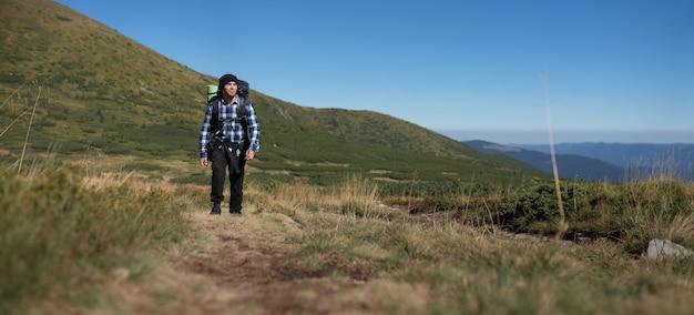 バックパック登山を持つ男の旅行者