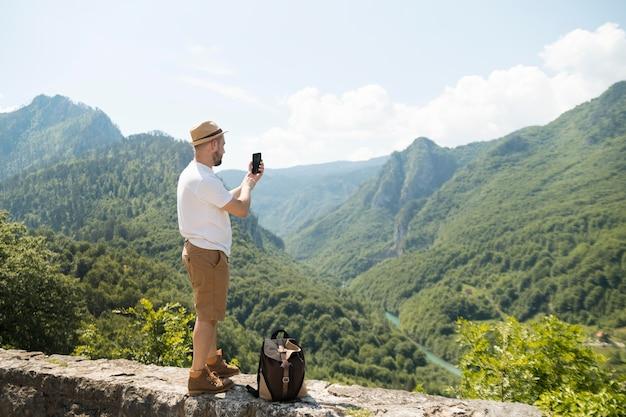 モンテネグロを一人旅する男