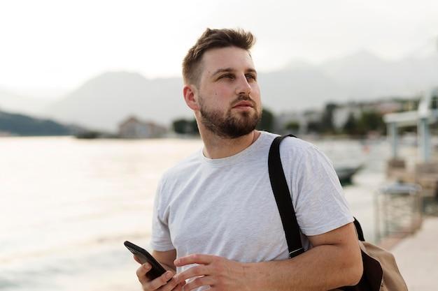 Человек путешествует один в черногории