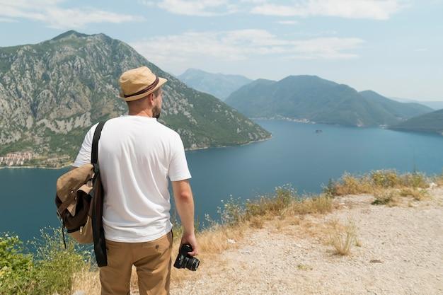 Uomo che viaggia da solo in montenegro