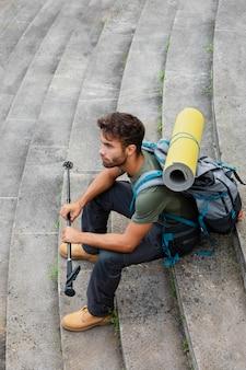 Uomo che viaggia da solo a mutriku pur avendo le sue cose essenziali in uno zaino