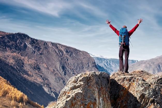 山でバックパックハイキングで旅行する男旅行ライフスタイル成功コンセプト冒険アクティブな休暇アウトドア登山スポーツ。