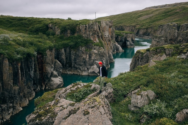 L'uomo viaggiatore cammina arund paesaggio islandese