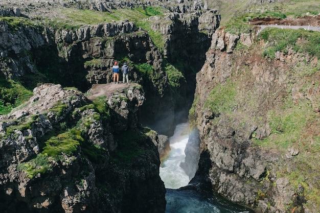 男の旅行者は、アイスランドの風景を歩きます