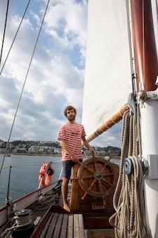 サンセバスチャンでボートで旅行する男