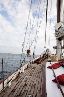 Uomo che viaggia in barca a san sebastian