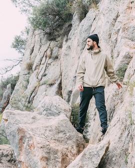 산에서 트레킹하는 남자