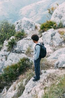 Человек, путешествующий пешком по природе