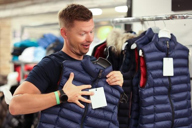 남자는 매장 가을 캐주얼웨어 컨셉으로 따뜻한 조끼를 입는다