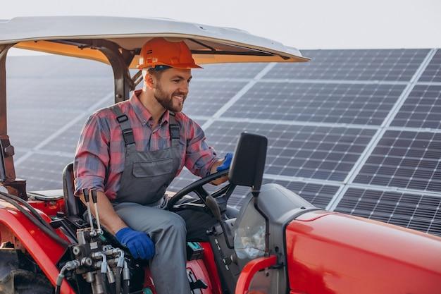 Uomo che guida un camion vicino a pannelli solari