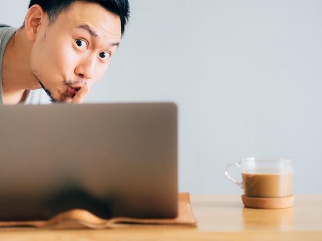 男はアイデアをコピーして同僚から仕事をしようとする。