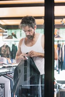 店の服を着ている男