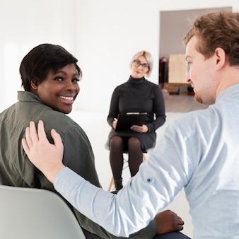 アフリカ系アメリカ人の女性患者をコンソールにしようとしている男