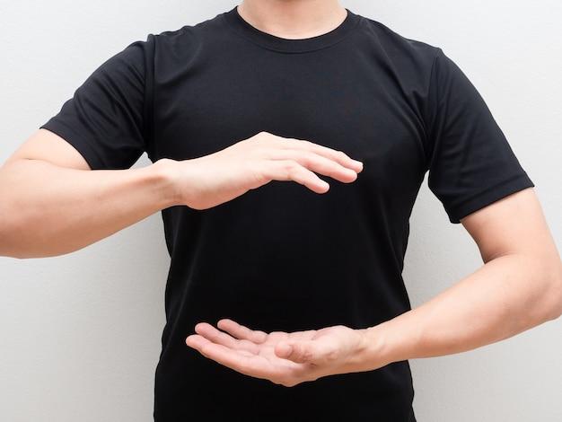남자 두 손 위로 흰색 isoalted 배경에 신체 공간의 중심
