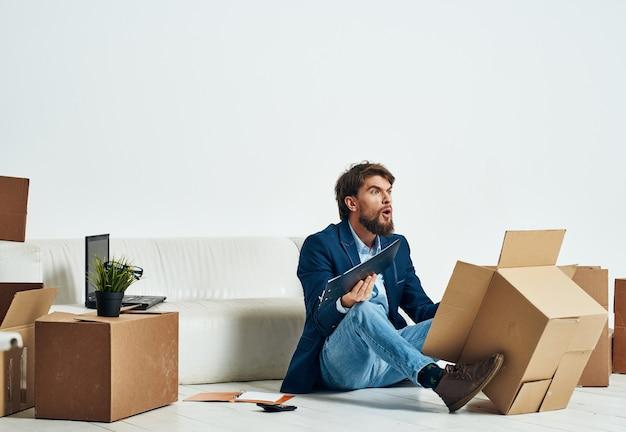 箱を開梱する男は、オフィスの専門職の役人を詰め込みます。