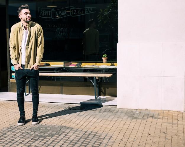 Uomo in un negozio di bici urbana