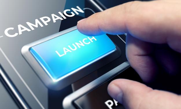 미래의 인터페이스에서 버튼을 눌러 캠페인 시스템을 사용하는 사람. 현대 비즈니스 개념