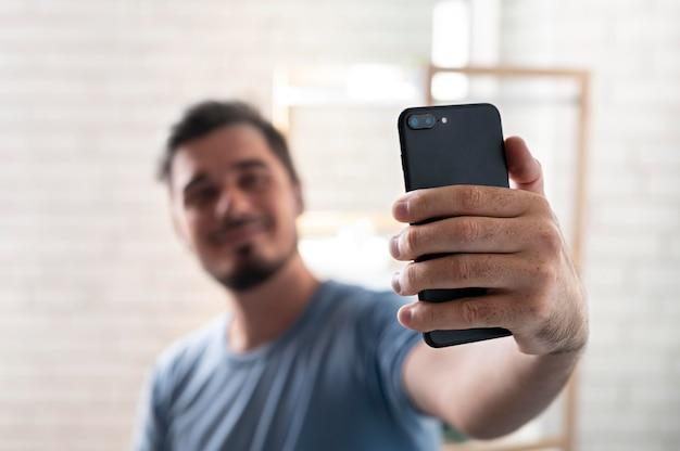 スマートフォンでデジタルアシスタントを使用している男性