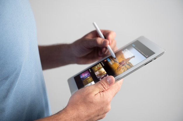 タブレットでデジタルアシスタントを使用している男性