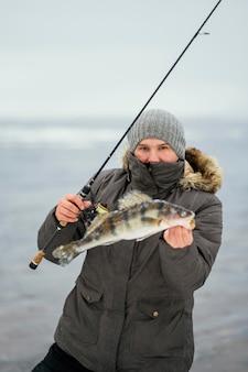 낚싯대를 사용하여 물고기를 잡는 남자