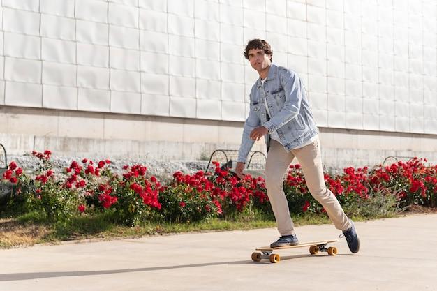 屋外でスケートボードを使用している男