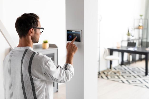 スマートホームでタブレットを使用している男性