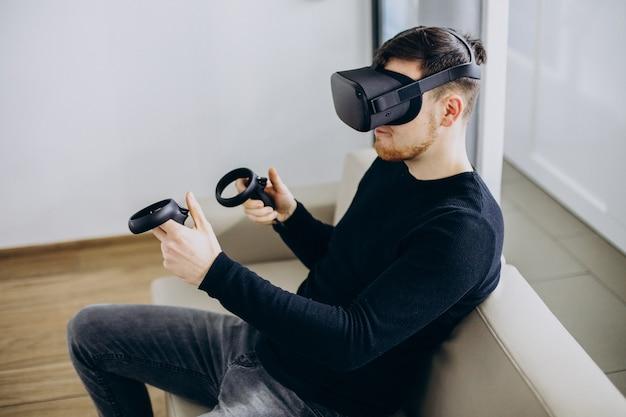 Человек использует и играет в очках vr