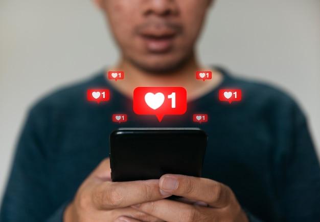 마케팅을 위해 휴대폰을 사용하고 인터넷에서 데이터와 소셜 미디어를 검색하는 남자.