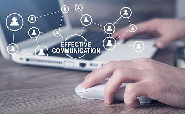 Человек, использующий компьютер. концепция эффективной коммуникации