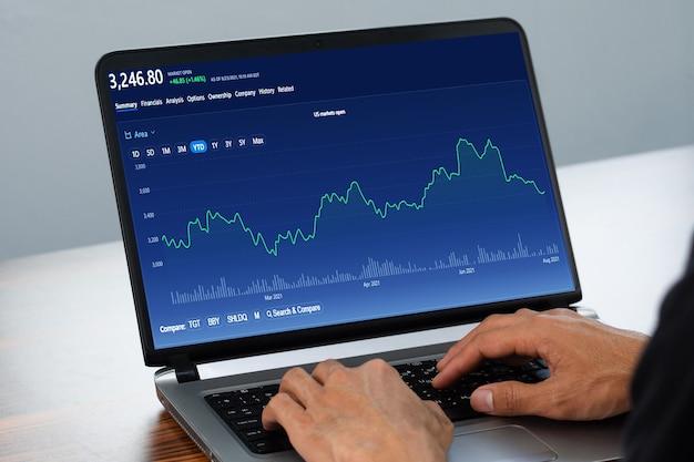Человек, использующий компьютерную торговлю онлайн дома фондовая биржа онлайн-торговли