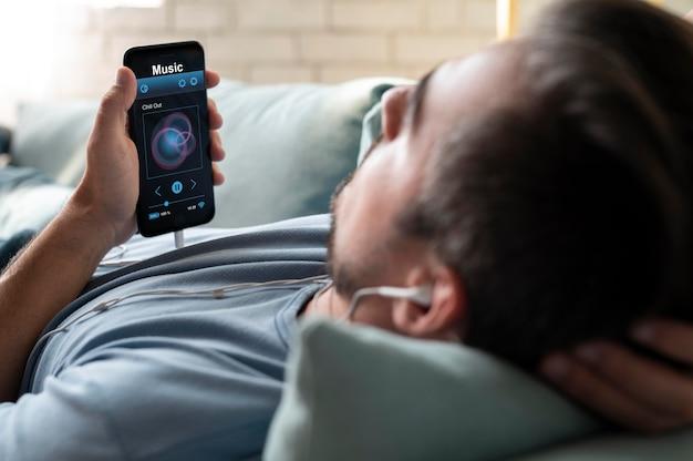 Uomo che utilizza un assistente digitale sul suo smartphone