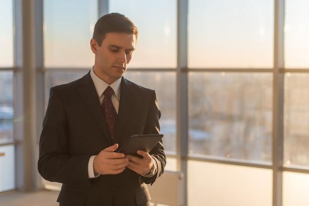 彼の職場でデジタルタブレットを使用している人