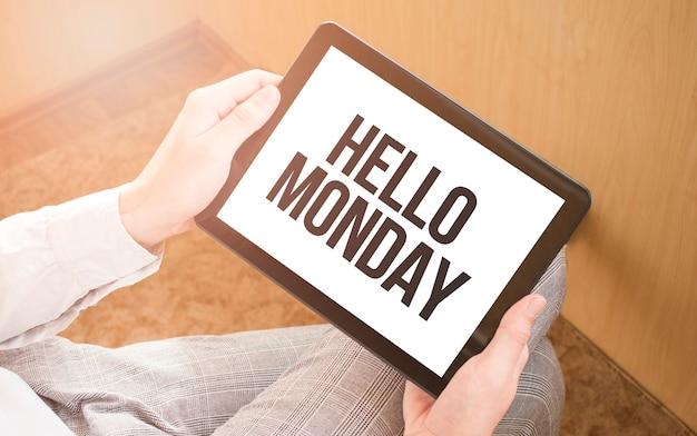 배경에 디지털 태블릿, 클로즈업, 커피와 키보드를 사용하는 사람.