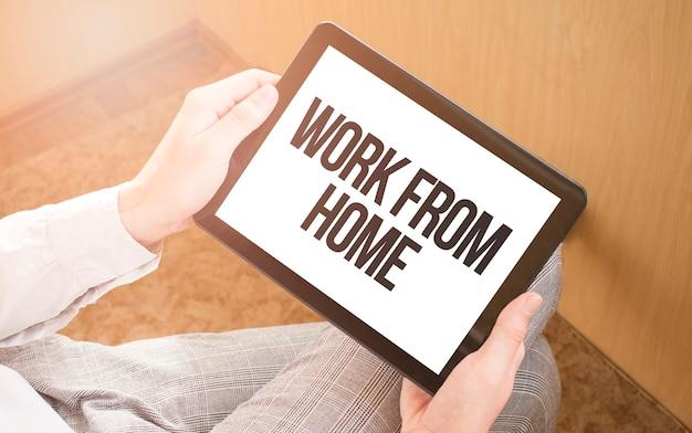 デジタルタブレット、クローズアップ、コーヒー、キーボードを使用している男性。テキスト在宅勤務