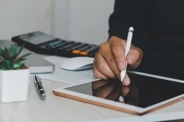 남자 디지털 태블릿을 사용하거나 테이블에서 작업, 온라인 비즈니스 개념을 적립.